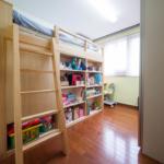 2段目ベッドと本棚