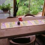 ダイニングテーブルと庭先