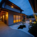 玄関アプローチと前庭 夕景